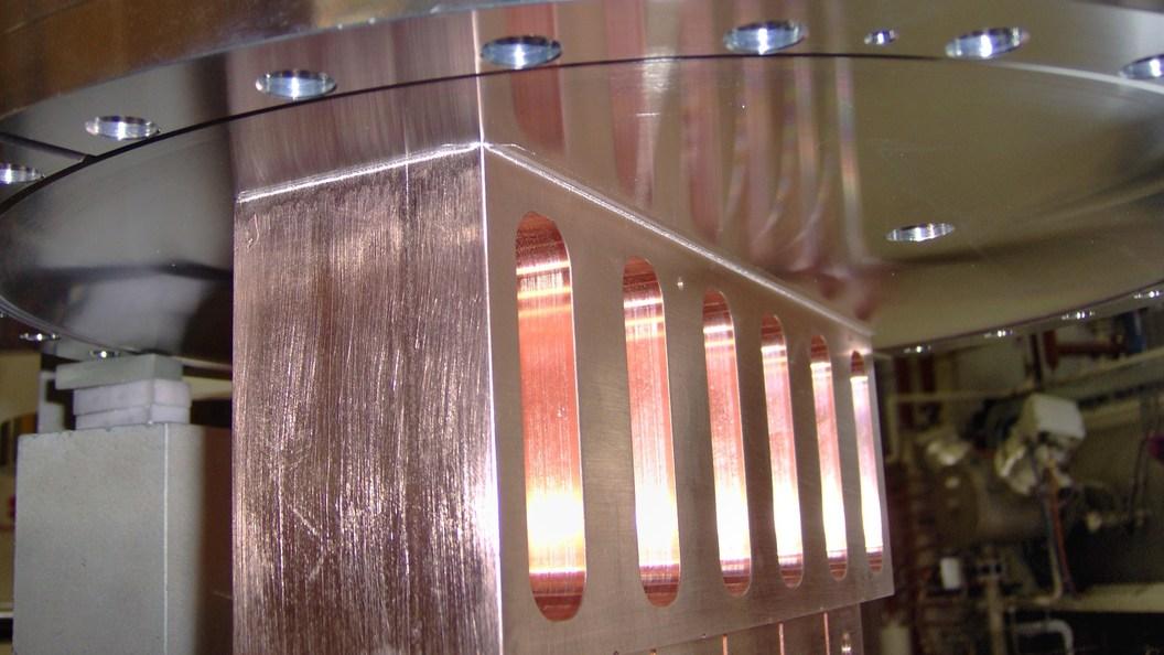 Blick auf Lötnaht des vakuumgelöteten Absorbers auf Edelstahlplatte