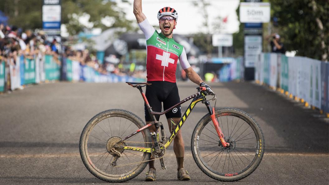 Mountainbike-Star Nino Schurter fährt mit veredelten Speichen-Nippel der Stalder AG.