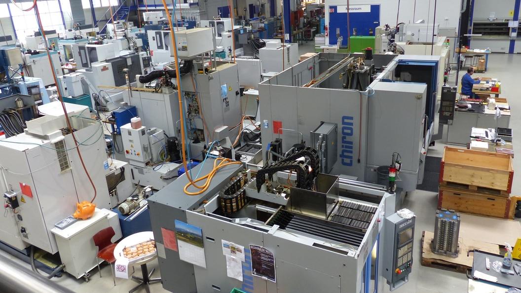 Mit insgesamt 70 CNC Fräs- und Drehmaschinen bearbeitet man die unterschiedlichsten Materialien.