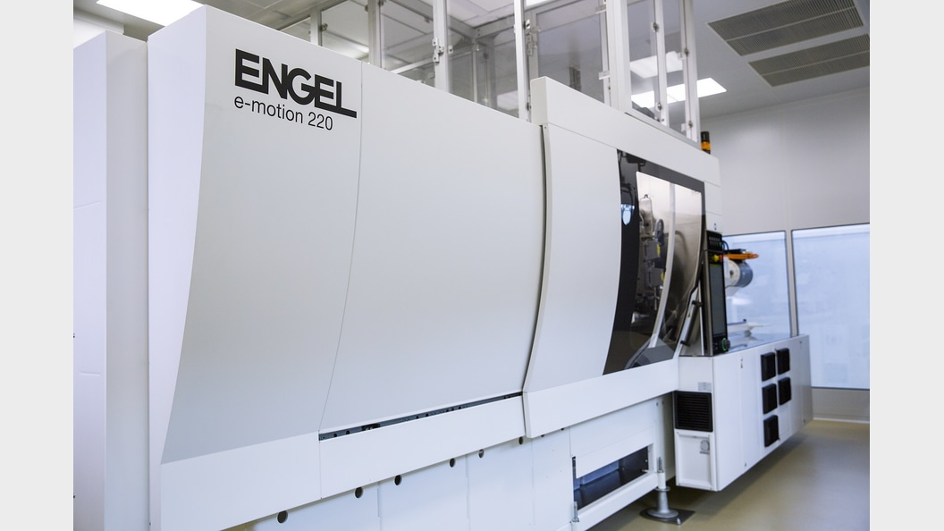The plastic syringes are made on an ENGEL e-motion 220.