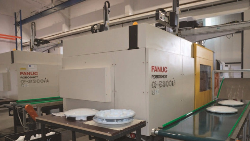 FANUC ROBOSHOT fully electric injection molding machines with clamping force of 350 tons