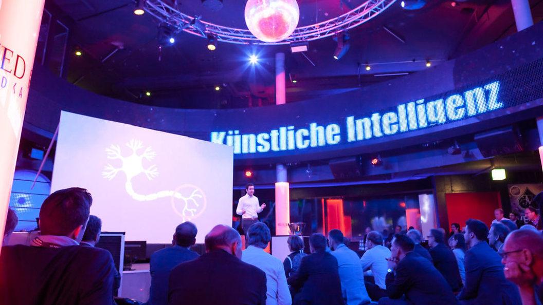 Referat an der BE!Conference 2018 über die Funktionsweise der künstlichen Intelligenz.