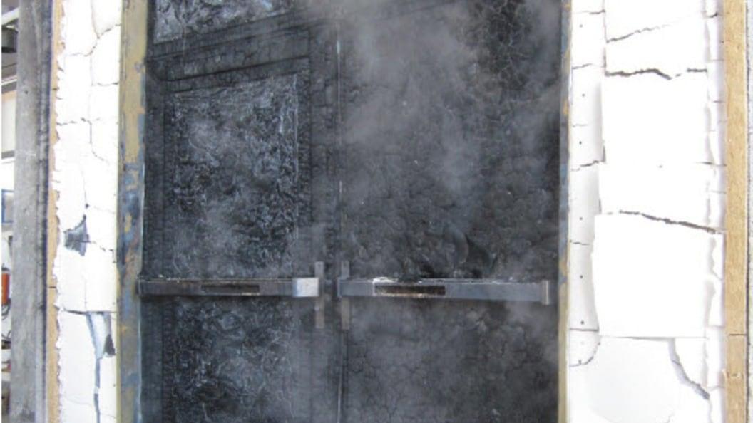 Bild 4, Systemprüfung beim EMPA – Beflammung einer Holztüre