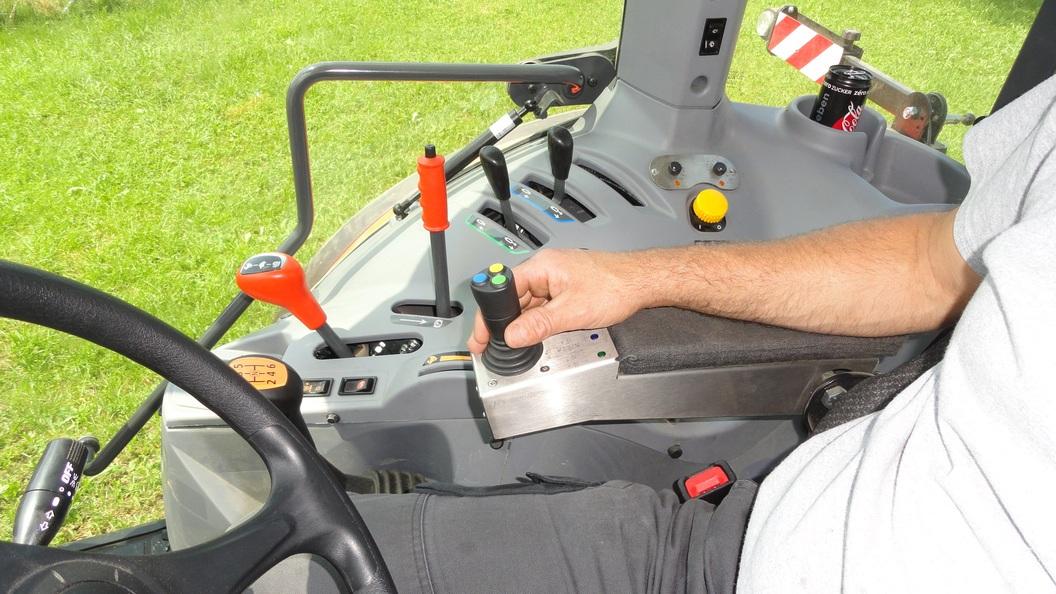 Komfort pur, mit der eletrohydr Joystick Steuerung lassen sich alle Anbaugeräte bequem bedienen