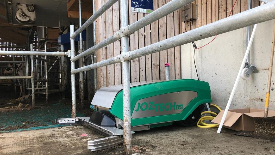 Der JOZ Tech EVO Entmistungsroboter reinigt überall und jeden Boden: ob Stallgänge oder Laufhof.