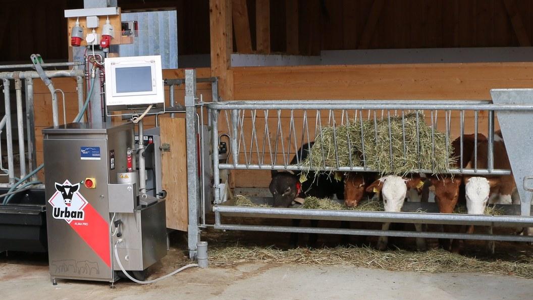 Warme Milch vom ersten Schluck an: Eine von vielen Stärken des Tränkeautomaten Urban AlmaPro.