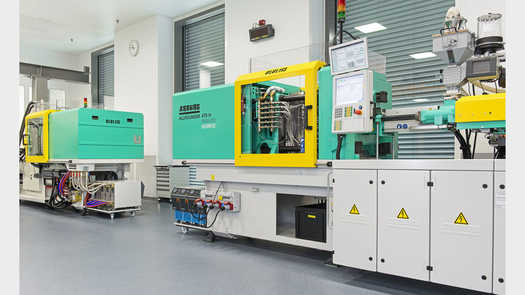 Injection moulding machine for the manufacture of plastic components used in intravenous therapy