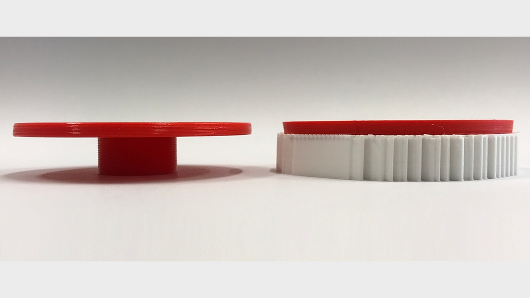 Mit RotBot gedrucktes Teil ohne Stützmaterial (links), herkömmlich gedrucktes Teil (rechts)