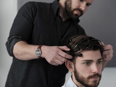 An EEG measurement device shaped like a headset