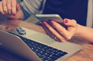 Žena s mobilem a počítačem
