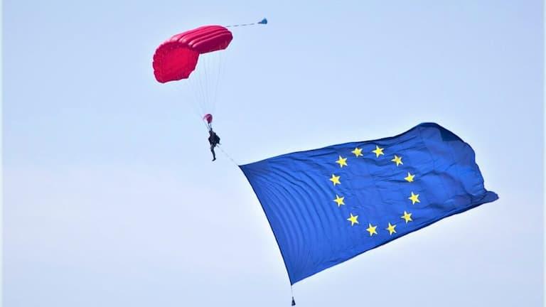 spadochroniarz z flagą unijną