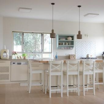 מטבח שהורחב ונוסף לו אי עבודה גדול ונוח ונפתחו בו שני חלונות גדולים לטבע שמקיף את הבית.