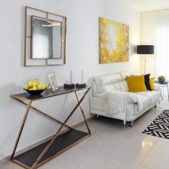 תיחום אזור בסלון כמבואת כניסה מקום להניח מפתחות ותיק יוצרים סדר וארגון לקראת היציאה והכניסה מהבית