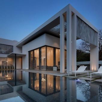 הבית מבחוץ עם הבריכה