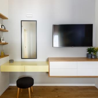 מול המיטה, סמוך לטלוויזיה, מוקמה פינת האיפור של בעלת הבית. כשתוכנן רהיט המשחק בין רהיט הטלוויזיה לפינת האיפור.