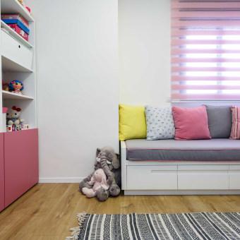 חדר המשחקים לבנות הופרד מחדר השינה, ונועד להכיל אחסון רב לצעצועים.