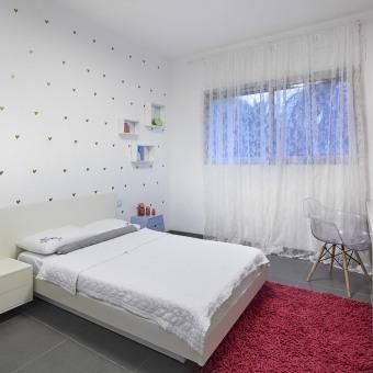 חדר ילדים בגווני אפור אדום