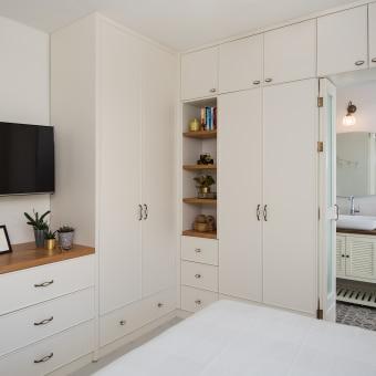 ארון עם דלת נסתרת מעבר למקלחת