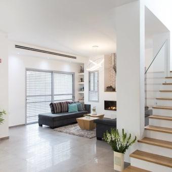 מדרגות וברקע הסלון