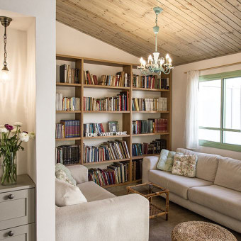 חדר משפחה עם ספריה