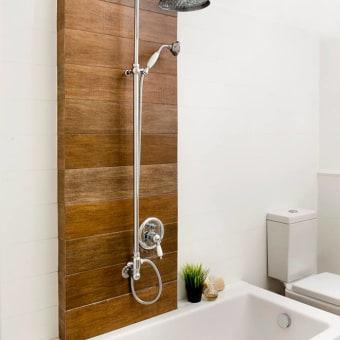 דוש ואמבט משולבים עם קיר עץ מודרני