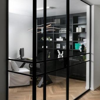 חדר עבודה עם נגיעות צבע שחור שעושות את כל ההבדל