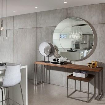 פינה עם שולחן מודרני ומראה במסדרון