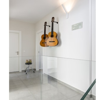 מסדרון מקושט בגיטרות