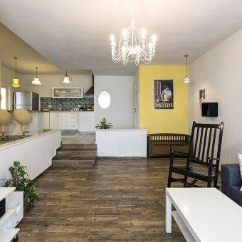 מבט ממפלס הסלון למפלס המטבח