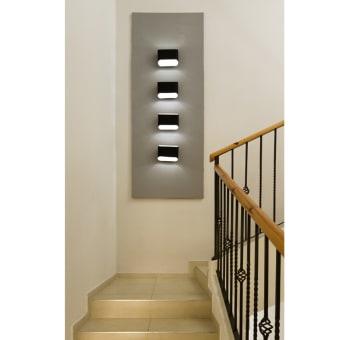 אלמנט תאורה במדרגות המובילות לקומה השניה