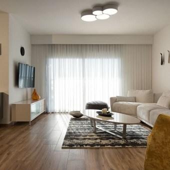 הסלון תחום בעזרת השטיח