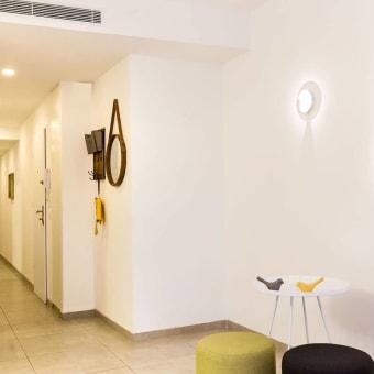 """יצירת מוקדי עניין במסדרון הכניסה לבית ע""""י שילוב גופי תאורה"""