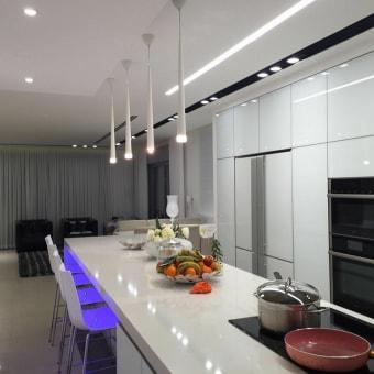 גופי התאורה ממשיכים את הקוים הגיאומטרים של המטבח