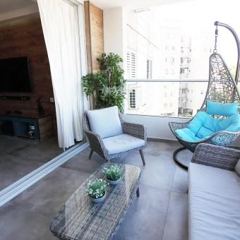 במרפסת השמש נעשה שימוש באותן רצפות כמו בבית וזאת להשלמת מראה אחיד מפנים לחוץ