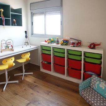 חדר הילדים צבעוני ושופע במקומות אחסון