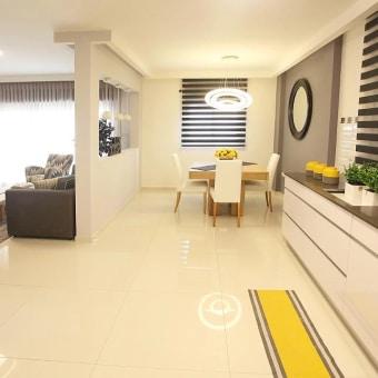 מטבח מודרני לבן ונקי עם זריקת צבע צהוב