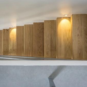 מדרגות עץ המדברות עם השולחן אוכל ושולחן הסלון