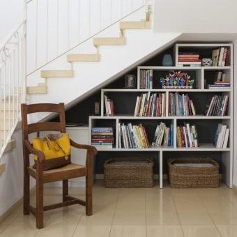 החלל מתחת למדרגות מנוצל כספריה