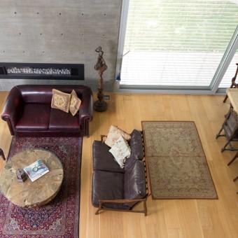 מבט מהגלריה לכיוון הסלון