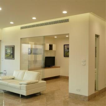 ניתן להפוך את חדר המשפחה לחדר אורחים באמצעות דלתות זכוכית ווילונות נסתרות.