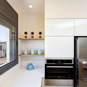מדף נוי במטבח, יכול לשמש גם לטבלינים