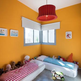 צבע הקירות זהה לצבע בחלל הכניסה והסלון