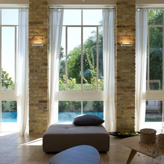 חלונות גדולים המטשטשים את הפנים והחוץ