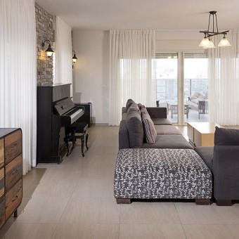 סלון עם פסנתר בסגנון וינטג'י