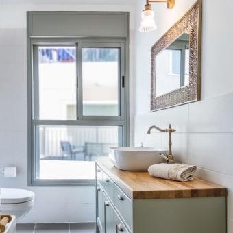 ארון אמבט בשילוב פלטץ עץ המשרה חמימות באמבטיה