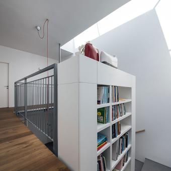 ניצול אזור המדרגות, החלפת המעקה בספריה