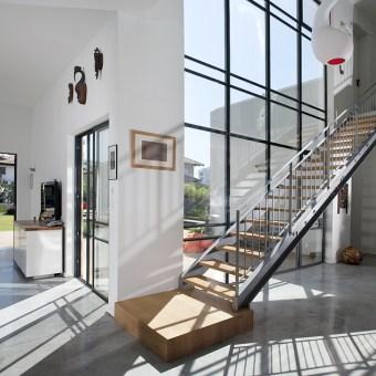 מדרגות והרבה תאורה טבעית