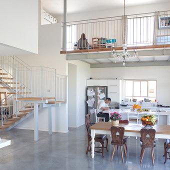 חלל כפול עם גלריה פתוחה המאפשרת קשר בין כל חלקי הבית