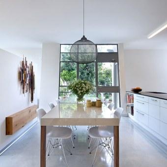 פינת אוכל מודרנית, כיסאות לבנים בחלל לבן עם נגיעות עץ