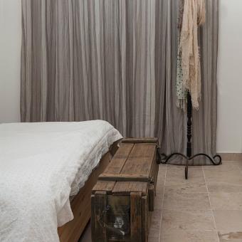 הדום ליד המיטה מארגז עץ ישן